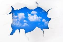 Trou et ciel de papier photos stock
