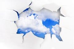 Trou et ciel de papier image stock