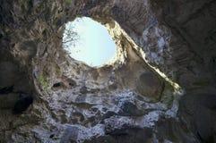 Trou sur le dessus de la caverne photos libres de droits