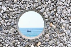 Trou sur le mur de roche Images stock