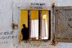 Trou sur une porte de prisions image stock
