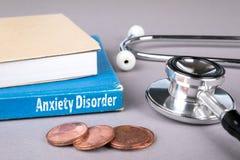 Trouble d'anxiété livre bleu sur une table grise de bureau image libre de droits