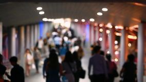 Trouble de beaucoup de personnes marchant sur le skywalk avec l'image trouble, mode de vie dans la ville banque de vidéos