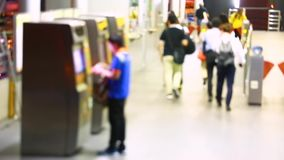 trouble de beaucoup de personnes payer le prix d'autobus avec la machine ou le kiosque de guichet dans l'accès de marche Co de po banque de vidéos