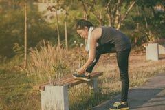 Trouble du sport, de la forme physique, de l'exercice et du mode de vie de l'Asie de femmes concentrés photo libre de droits