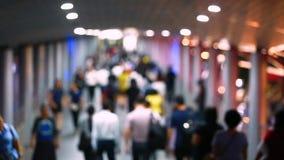 trouble et lentement vidéo de beaucoup de personnes marchant sur le skywalk avec l'image trouble, mode de vie dans la ville banque de vidéos