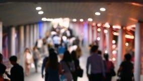 Trouble et lentement vidéo de beaucoup de personnes marchant sur le skywalk avec l'image trouble clips vidéos