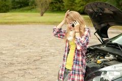 Trouble med bilen Fotografering för Bildbyråer