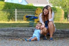 Troubled усилило молодую мать с ее сыном младенца стоковые изображения rf