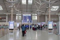 Troublez 18,2018 personnes marchant à la porte de départ à l'aéroport d'Incheon, ville d'Incheon Image libre de droits