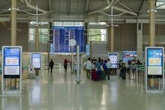 Troublez 18,2018 personnes marchant à la porte de départ à l'aéroport d'Incheon, ville d'Incheon Images stock