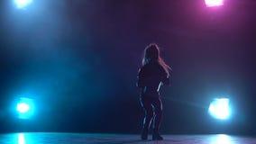 Trouille de jazz de danses de bébé Fond multicolore de fumée Silhouette Lumière par derrière Mouvement lent banque de vidéos
