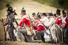 Troupe de pousse de soldats sur le champ de bataille Photos stock