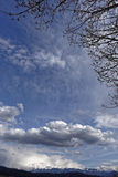 Troupeau de nuages sur le ciel au-dessus des montagnes Roumanie de Fagaras Image libre de droits