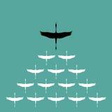 Troupeau du vol de cigogne dans le ciel, Images stock