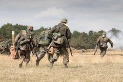 Troupes allemandes de la guerre mondiale 2 sur le champ de bataille Photographie stock libre de droits