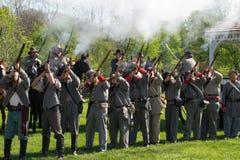 Troupes confédérées mettant le feu à des mousquets Photo stock