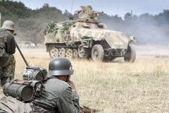 Troupes et véhicules allemands de la guerre mondiale 2 sur le champ de bataille Photographie stock libre de droits