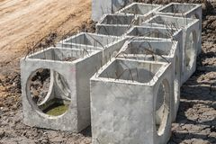 Trous d'homme de béton préfabriqué dans le chantier de construction prêt pour la construction photo libre de droits