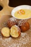 Trous de beignet avec du sucre en poudre et l'immersion cr?me bavaroise photo libre de droits