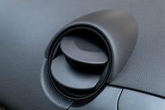 Trous de climatisation dans la voiture Ventilation d'air à l'intérieur d'endroit de conducteur image stock