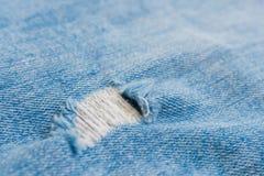 Trous sur des jeans photo libre de droits