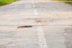 trous sur la route Nid de poule dangereux dans la route d'asphalte ext?rieur photos stock