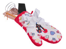 Trousse d'outils de cuisine : gant de four, une cuillère en bois, spatule rose, Images libres de droits