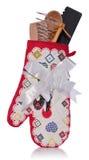 Trousse d'outils de cuisine : gant de four, une cuillère en bois, spatule rose, Photographie stock