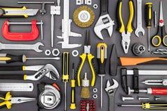 Trousse d'outils des pinces, clés, marteau, brides, tournevis sur le GR photos stock