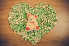 Trouvé dans l'amour, forme de coeur de paon d'origami avec des décorations d'ours Photos stock
