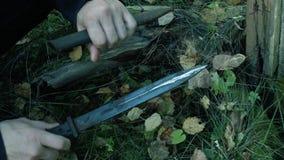 A trouvé une baïonnette allemande Échos de guerre armes trouvées Couteau militaire banque de vidéos
