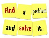Trouvez un problème et résolvez-le exprime des affaires nouvelles de notes collantes Photographie stock libre de droits