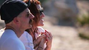 Trouw van de vrouw aan de man De vrouw kust een hand van geliefd stock video