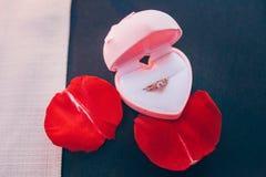 Trouwring in een hart-vormige doos stock afbeelding