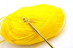 Trouwring in het gele breien geïsoleerd op witte achtergrond Royalty-vrije Stock Foto's