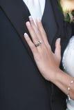 Trouwring op Hand van Bruid Stock Afbeelding