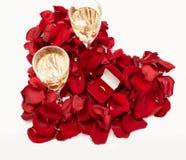 Trouwring rode doos die door roze bloemblaadjes wordt omringd Een aanzoek Hart-vormig nam bloemblaadjes toe stock afbeelding