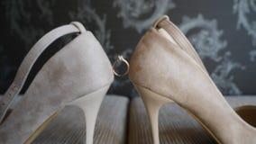 Trouwring tussen schoenen stock videobeelden