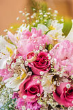 Trouwringen bij een bloemboeket royalty-vrije stock fotografie