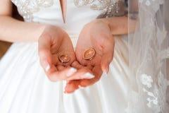 Trouwringen in de handen van de bruid en de bruidegom royalty-vrije stock foto