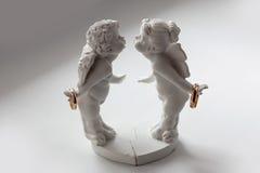 Trouwringen in de handen van een engel Royalty-vrije Stock Afbeelding