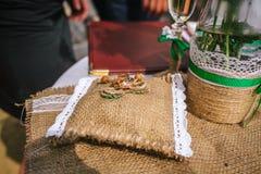 Trouwringen die op decoratief kussen van jute leggen royalty-vrije stock afbeelding
