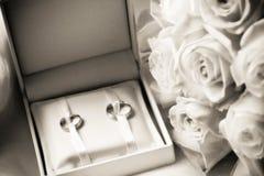 Trouwringen in een doos met boeket Royalty-vrije Stock Fotografie