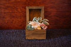 Trouwringen in een houten doos Stock Foto