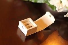 2 trouwringen in een witte doos Stock Afbeeldingen