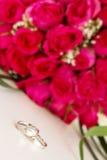 Trouwringen en bruids boeket over whi royalty-vrije stock foto's