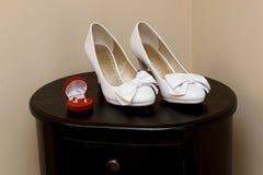 Trouwringen en bruidsmeisjeschoenen Royalty-vrije Stock Foto's