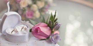 Trouwringen en buton rozy rosebud Stock Foto