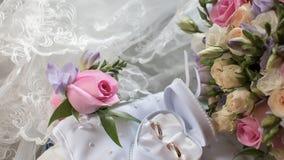 Trouwringen en buton rozy rosebud Stock Fotografie